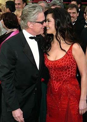 Michael Douglas, eşi Catherine Zeta Jones'tan 25 yaş büyük.